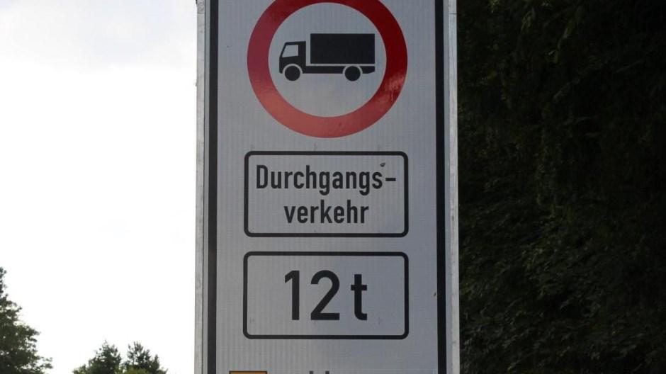 Straßenschild LKW Durchfahrtsverbot LKW über 12 Tonnen