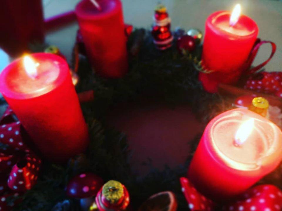 Adventskranz mit 3 brennenden Kerzen